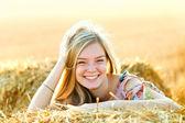 Romantik genç bir kadın açık poz. — Stok fotoğraf