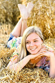 Romantique jeune femme posant en plein air. — Photo