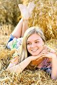Romantiska ung kvinna poserar utomhus. — Stockfoto