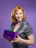 Beautiful woman portrait with present box — Stockfoto