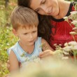 Foto Stock: Baby and mom in summer outdoors