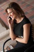 携帯電話で話している女性 — ストック写真