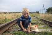 在铁路上玩的可爱小金发男孩 — 图库照片