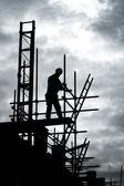 Tvůrce na lešení stavební místo — Stock fotografie