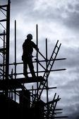Constructeur sur échafaudage chantier — Photo