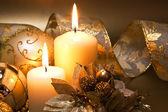 Vánoční dekorace se svíčkami tmavém pozadí — Stock fotografie