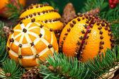 Boże narodzenie dekoracje z pomarańczy i świerk — Zdjęcie stockowe