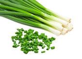 Gehakte groene uien op wit — Stockfoto