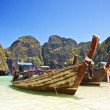 Traditional wooden boat at Phi Phi island — Foto de Stock