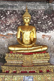 A golden Buddha statue — Stock Photo