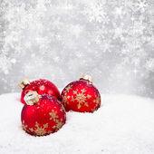 Drie rode kerstballen — Stockfoto