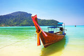 Traditional wooden boat at Phi Phi island, Thailand — Zdjęcie stockowe