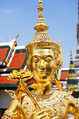Golden statue at Wat Phra Kaew, Temple of the Emerald Buddha. — Stockfoto