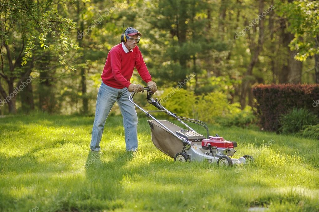 senior homme tondre sa pelouse photo ditoriale 25646247. Black Bedroom Furniture Sets. Home Design Ideas