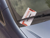 Parking ticket violation on a car windshield — Stock Photo
