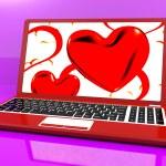 röda hjärtan på laptop Visa kärlek och romantik — Stockfoto