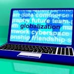 palabra globalización en portátil mostrando negocios internacionales — Foto de Stock