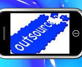 аутсорсинг на смартфоне, показаны внештатных работников — Стоковое фото