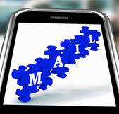 Correio em smartphone mostrando mensagens de texto — Foto Stock