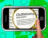 аутсорсинг определение на смартфоне, показаны внештатных рабочих мест — Стоковое фото