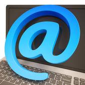 Apenstaartje toont toetsenbord online mailing communicatie — Stockfoto