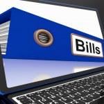 Законопроекты файлов на ноутбуке, указанием причитающихся платежей — Стоковое фото