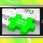 2013 在智能手机上显示下一年的日历 — 图库照片 #27611893