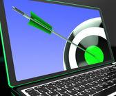 在笔记本电脑上显示精确瞄准飞镖 — 图库照片