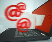 Signos de correo dejando portátil mostrando mensajes salientes — Foto de Stock