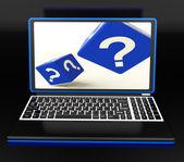 Point d'interrogation sur ordinateur portable montrant la confusion — Photo