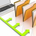 laptop en mappen toont administratie en georganiseerd — Stockfoto