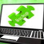Резервное копирование ноутбук показывает архивирование данных резервного копирования и хранения — Стоковое фото