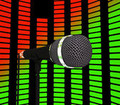 Micrófono y ecualizador gráfico muestra la banda sonora de la música pop o c — Foto de Stock