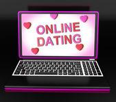 在线约会在便携式计算机上的消息显示浪漫和 web 的爱 — 图库照片