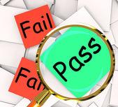 Pass fehl, post-it papiere bedeuten zertifizierte oder unbefriedigend — Stockfoto