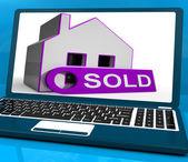 продается дом ноутбук показывает успешное предложение или аукцион — Стоковое фото