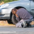 Young man repairing car outdoors — Stockfoto