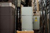 Elektriska lådor bakom stängslet — Stockfoto