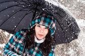 Chica con paraguas en la nieve — Foto de Stock