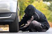 Hombre joven de reparación al aire libre coche — Foto de Stock