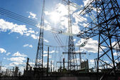 Torres eléctricas de alta tensión contra el cielo — Foto de Stock