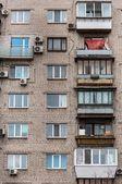 Gamla bostads-byggnad med balkong — Stockfoto