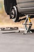 Carro sem pneu na estrada — Foto Stock