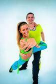 акробатический танец с двух молодых тренеров — Стоковое фото