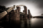 An old bridge on the river — Foto de Stock