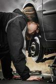 Młody człowiek w środku naprawy samochodów — Zdjęcie stockowe