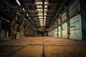 Un intérieur industriel abandonné — Photo