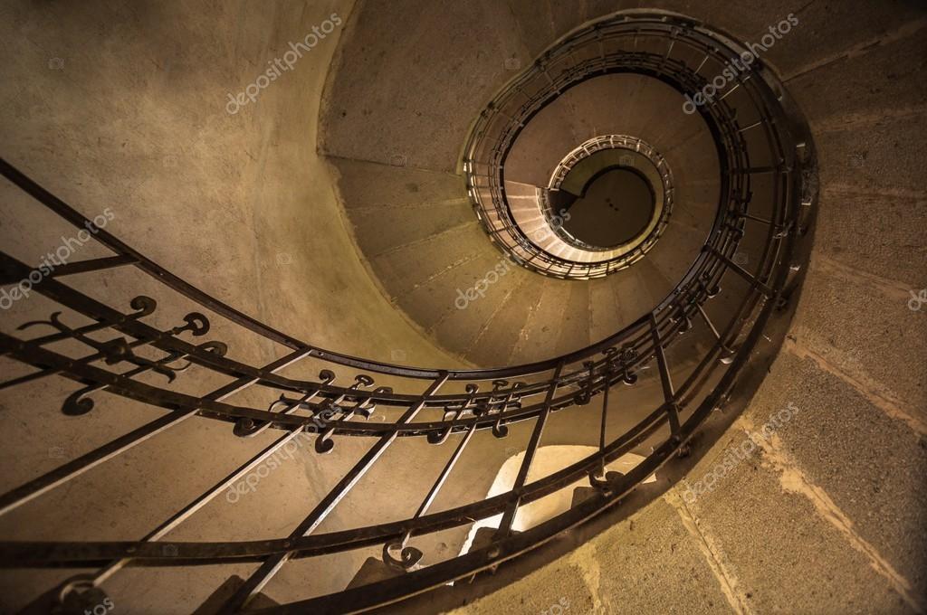 escaleras redondas en una iglesia u foto de stock