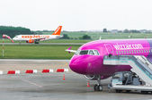 BUDAPEST, HUNGARY - MAY 12: An Easyjet and a Wizzair Airplane. A — Stock Photo