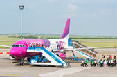 BUDAPEST, HUNGARY - MAY 12: Passangers boarding Wizzair airplane — Stock Photo